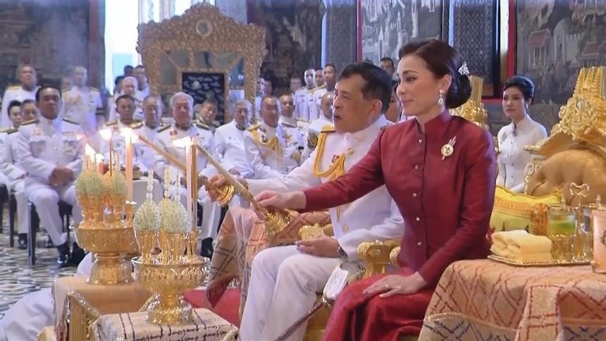 'ในหลวง-พระราชินี' ทรงบำเพ็ญพระราชกุศลเนื่องในวันมาฆบูชา 2564