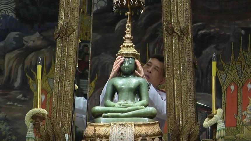ในหลวง-พระราชินี ทรงเปลี่ยนเครื่องทรงพระแก้วมรกตเป็นฤดูร้อน