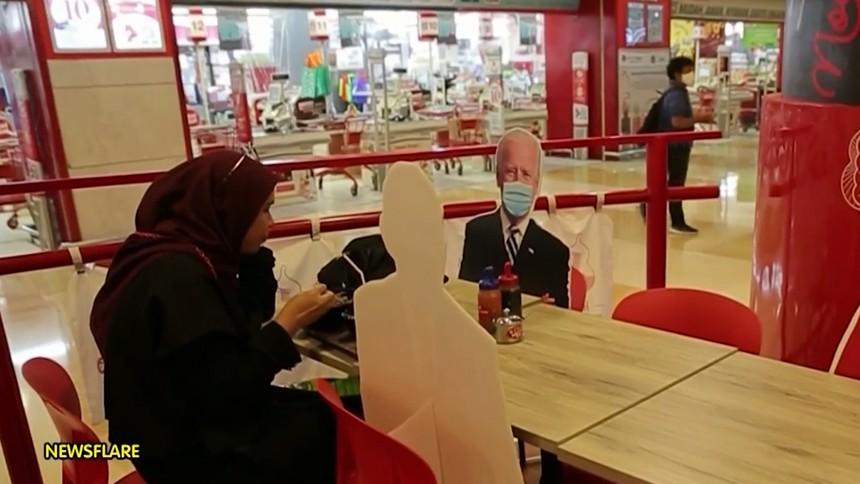 ร้านอาหารอินโดฯ ปิ๊งไอเดียปรับตัวยุคโควิด ตั้งรูปผู้นำระดับโลก นั่งกินข้าวเป็นเพื่อนลูกค้า