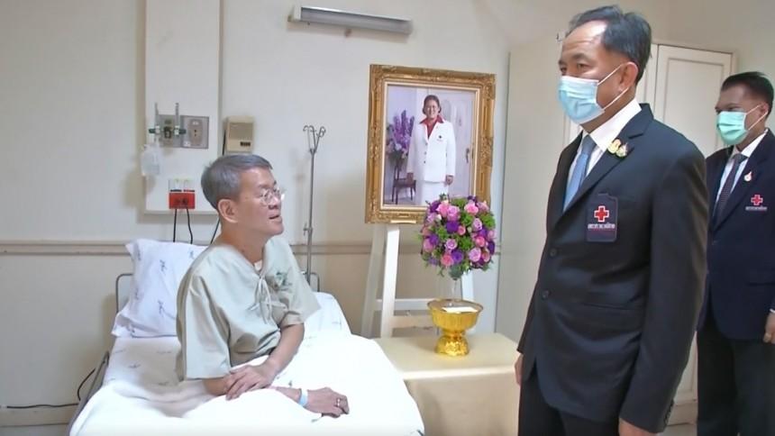 สภากาชาดไทย เชิญแจกันดอกไม้พระราชทาน เยี่ยม ผู้ว่าฯ สมุทรสาคร ขณะพักรักษาตัวจากโควิด-19