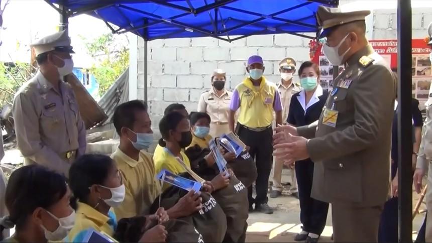 องคมนตรีเชิญถุงพระราชทาน มอบแก่ราษฎรที่ประสบวาตภัย จ.กำแพงเพชร