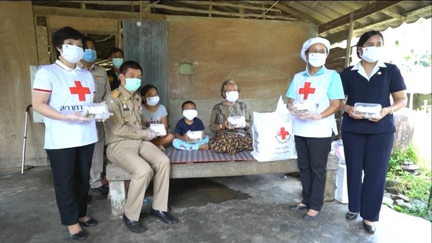 สภากาชาดไทย-สถาบันเทคโนโลยีจิตรลดา มอบอาหารให้แก่บุคลากรการแพทย์-ผู้ที่ได้รับผลกระทบจากโควิด-19